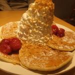 エッグスンシングス - ストロベリー マカデミアナッツのパンケーキ