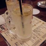 くし家串猿 - ユーグレサワー500円。 ユーグレナが入ったオレンジサワーだけど、オレンジの味しかしないらしい…。味は美味しいそう。