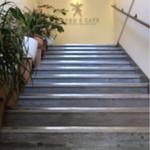ヘブンズ・カフェ - 階段を上がった2階にあります