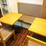 うどん工房悠々 - 店内(テーブル席)