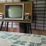 百姓屋敷 じろえむ - お食事場所にあったレトロなテレビ。半端無い情緒感を引き出します。