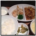 ドラゴンレッドリバー - 2種のおかずランチ☆ 海老マヨ、豚肉ともやしのオイスター炒め、玉子スープ、肉まん、ごはん、杏仁豆腐、ザーサイ付で1000円! お腹いっぱいボリューム満点(๑´ڡ`๑)!