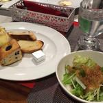 トラットリア モモ - 食べ放題のパンとサラダ