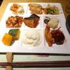 柿安 三尺三寸箸 - 料理写真:料理ひと皿・一例(唐揚げ、肉団子、豆腐類、おばんざい等)