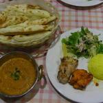 インドレストラン ガンジス - ボキが注文したCランチ、 カレー1種、チキンティッカ、マライティッカ、ナン、 サフランライス、サラダ。