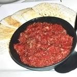 アディス - 半生牛肉とピタパン