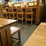 花いち - カウンター5席位と、4人掛けテーブルが4卓ほどの店内
