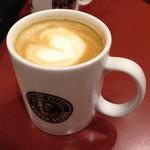 カフェ・ベローチェ - マグカップにカフェラテ。