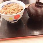 松屋 - 並なのに味噌汁が付いています。