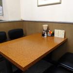 中華新楽 - テーブル席