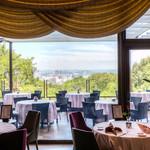 ザ・ガーデンテラス - 落ち着いた色調で揃えられたシックなテーブル席。結婚式2次会やパーティーなど貸切はテラス席は50名様~、室内は40名様~