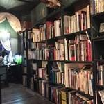 アール座読書館 - 奥の本棚