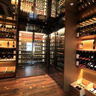 入口のワインセラー内に常時数十種類のワインを揃えております!
