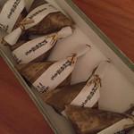 石川菓子舗 - 本来は10個入りです。美味しいので、写真を撮る前にいつも食べてしまいます。