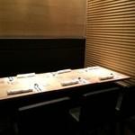 La Valse - パテーションで仕切られたテーブル席