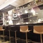 銀彗富運 - 店は厨房一人、フロア一人で切り盛りされている