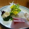 すし萬 - 料理写真:お造り 勘八 平目 活鳥貝 菜の花を添えて春らしいです