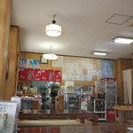 お食事処 ひろちゃん - 店内はサインがたくさん飾ってありました。