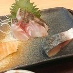 炉ばた 魚魚炭 - 刺身:サーモン・イサキ・〆鯖