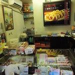 阿倍野だんご本舗 - 今日はお天気がいいので阿倍野筋沿いにある 『阿倍野だんご本舗』にお団子を買いに来たよ。  ちびつぬ「おだんごくださ~い♪」