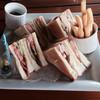 バー・ムーンシェル - 料理写真:クラブハウスサンド、ポテト付き