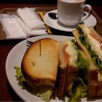 プロムナードカフェ - さーもんとチーズのサンドイッチ。大きい。