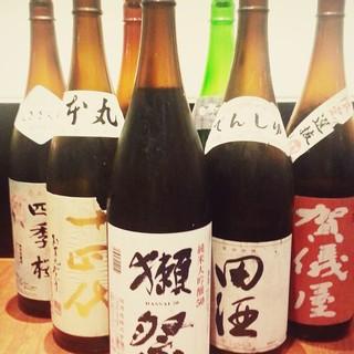 獺祭、十四代、田酒など銘酒に加え、各地の日本酒が揃っています