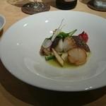 クローバー - 魚料理、鱸と帆立貝柱のポワレ、白ワインと青リンゴのソース