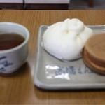 高橋まんじゅう屋 - 肉まん(120円)と大判焼(100円)