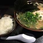とんこつラーメン 拉餃びー - とんこつラーメン(太麺)半ライスサービス