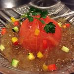 常夜燈 - トマトのおでんサラダ仕立て。おでんが来るまでこれで待ちます。おでん出汁風サラダ…?