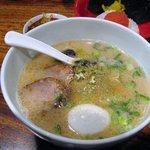 博多 一風堂 - 白丸元味 王道を極めた一品 ,細麺にしっかりと絡むスープは豚骨の深いうまみを主張しています
