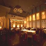 シノワ - シノワズリー(東洋趣味)の内装が華やかでかつ落ち着いた雰囲気を演出