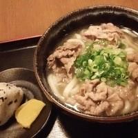讃岐麺房 すずめ - 肉うどんとおにぎり1個又さはいなり1個またわおでん1個か天ぷら1個