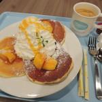Hawaiian Pancake Factory - パンケーキはいろいろ種類があって迷ったけど、 マンゴー&ココナッツにしたよ。すごいボリュームだね~♪ 珈琲は、コナブレンドコーヒーに。