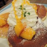 Hawaiian Pancake Factory - これで1人前なんだけど、パンケーキが3枚も入ってて、 生クリームもどっさり!ボキ、マンゴーが好きなんだ~♪ ふわふわしたタイプのパンケーキなので思ったよりは量が 食べられるかな。