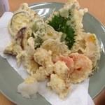 おかもと鮮魚店  - 天ぷら盛合せ(800):てんこ盛りです