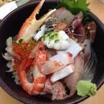 おかもと鮮魚店  - ランチの一番人気は海鮮丼(1000) 約20種のネタ入でこれはお得感大!