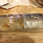 さば処 十八里 - 2015.4. 左が焼き鯖寿司で右がしめ鯖