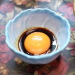 ステーキハウス キッチンリボン - 牛のたたきにかける卵黄とソース