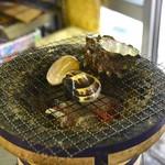 節子鮮魚店 - ハマグリ、サザエの炭火焼