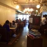 ザリガニカフェ - 雰囲気の良い店内は女性客だらけ!