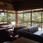 夕日カフェ - 店内から日本庭園を見ながら