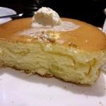 星乃珈琲店 - 中ふわ外カリ。バターはふわふわ濃い塩味。舌がキシキシ。