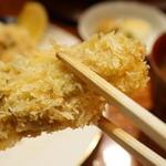 ぽん多本家 - 大ぶり、肉厚の牡蠣。