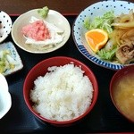 定食や おかだ - 豚バラ生姜焼きとネギトロ山芋の定食