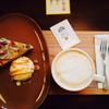 本とコーヒー テガミシャ - 料理写真:カフェラテとバナナタルト