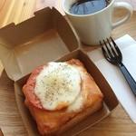 TUNE - PANZA(パンザ)トマト&チーズ☆ 米粉を使った小さめサイズのオリジナル食パンに厚いトマトのスライスとたっぷりのチーズ♪ パンの食感も好きです(*´∇`*)