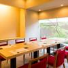 美膳おち - 内観写真:眺めのよい、落ち着いた空間のテーブル席は全12席ございます。上質な時間をお過ごしください。