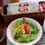 モッチモ・パスタ - アイスコーヒー、野菜サラダ、オニオンスープ
